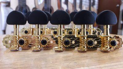 Clavijero DP dorado y negro ovalado